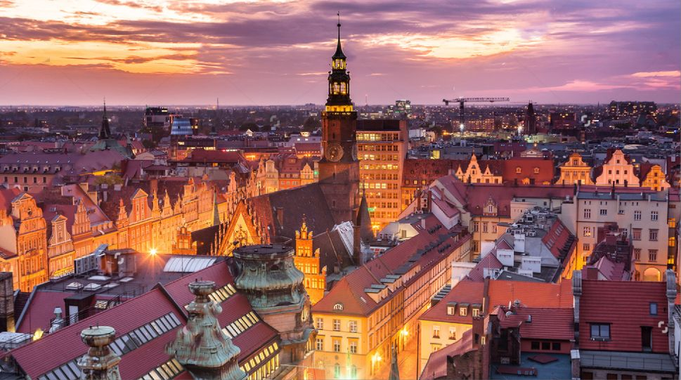Panorama miasta podczas zachodu słońca