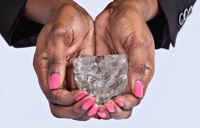 Dłonie trzymające olbrzymi diament