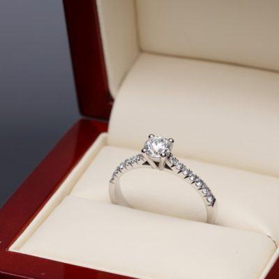 Pierścionek z diamentem w opakowaniu