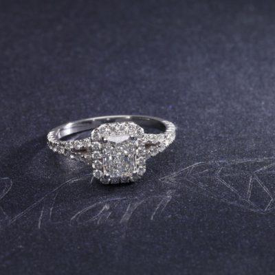 Pierścionek z diamentem w kształcie prostokąta